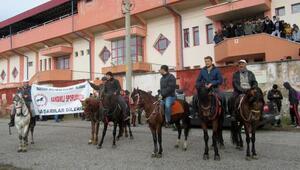 Destek için atlarıyla stada geldiler