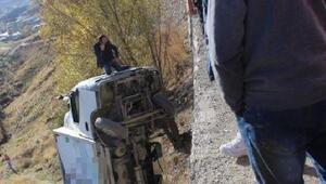 El freni çekilmeden park edilen kamyon, hareketlenip 10 metreden düştü