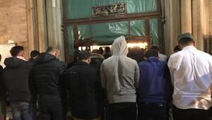 Mevlid Kandilinde Eyüp Sultan Camii dolup taştı