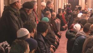 Mevlit Kandili'nde, vatandaşlar yağmura rağmen Eyüp Sultan Camii'ne akın etti