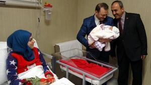 Mersin Müftüsü, hastane ziyaretinde bebeklerin isimlerini ezanla okudu