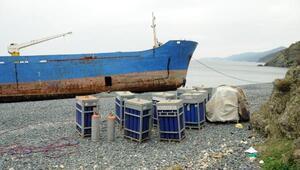 Karaya oturan hacizli gemileri parçalamaya çalışırken yakalandılar