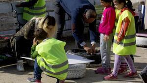 Çocuklar, araç lastiklerinden kedi evi yaptı