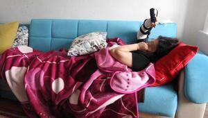 5inci kattan kanepeye düşen kadın yaşama tutundu