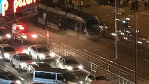Okul servisi ile çarpışan tramvaydaki 4 yolcu yaralandı