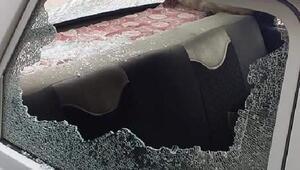 Park halindeki otomobilin camlarını kırdılar