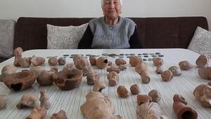 Tarlasında bulduğu tarihi eserleri müze yetkililerine teslim etti