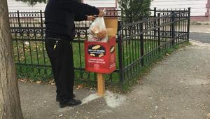 Sokak hayvanları için ekmek kutusu