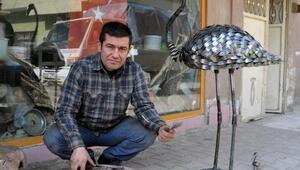 Motosiklet yakıt deposu ve çatal ile flamingo heykeli