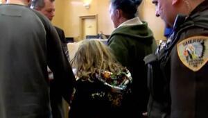 6 aylık bebeği öldürdüğü iddia edilen çocuk kelepçe ile mahkemeye çıkarıldı