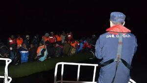 Lastik bottaki 40 kaçak göçmen havadan tespit edilip yakalandı