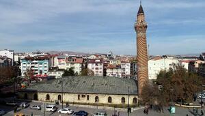 Tarihi Ulu Caminin minaresi yapılışından eğri