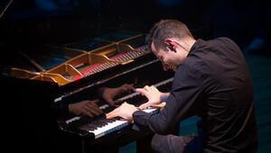 Rekortmen piyanist, Türkiyedeki ilk konserini İzmirde verdi