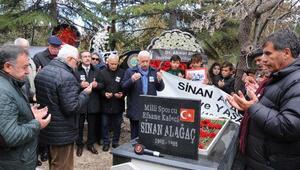Eskişehirsporun eski milli kalecisi Sinan Alağaç mezarı başında anıldı