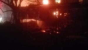 2 katlı ahşap ev, alev alev yandı