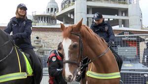 Taksim Meydanında atlı birliklere yoğun ilgi