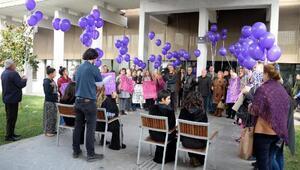 Kadınlardan mor balonlu protesto
