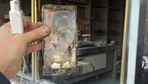 Şarjda bırakılan cep telefonu bomba gibi patladı