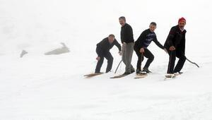 Kar yağdı, Rizeli köylülerin tahtalı kayak eğlencesi başladı