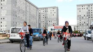 Üniversiteli kızlar, engellilerle bisiklet sürdü