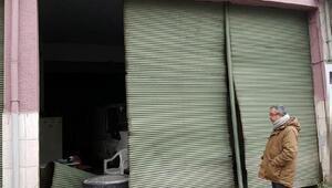 Seyir halindeki kamyonun tekerleği fırlayıp iş yerine girdi