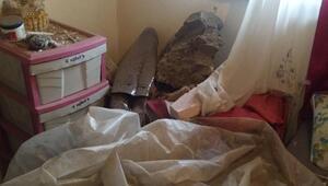 Yamaçtan kopan kaya parçaları, 2 evin içine düştü