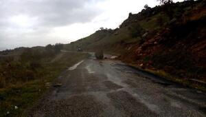 Tut'da yola düşen kaya ulaşımı aksattı