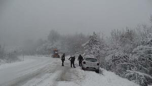 Domaniçte kar yağışı sürücüleri zorladı