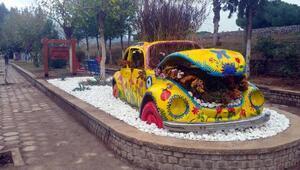 Otomobile çiçek dikildi