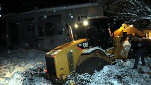 Yüksekovada köy yolunu açan iş makinesi çamura saplandı