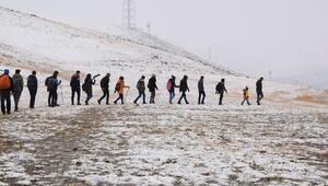 Hakkaride lise öğrenciler karlı yaylalarda doğa yürüyüşü yaptı