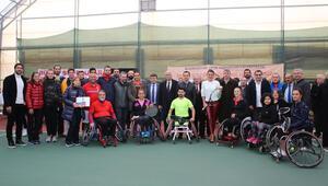 Ünlüler engelli tenisçilerle bir araya geldi