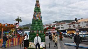 Farkındalık için atık malzemelerle Noel ağacı yaptılar