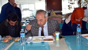 YYÜ Rektörü Battal, zehirlenme olayından sonra öğrencilerle birlikte yemek yedi