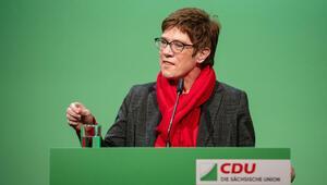 Karrenbauer: Merkel'in kalması için elimden gelen her şeyi yaparım