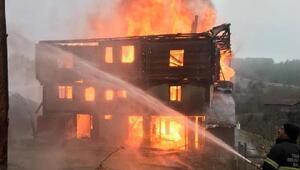 Kastamonuda 3 katlı ahşap ev yandı