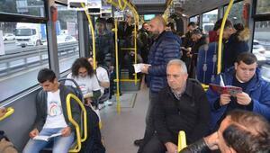 'Özel öğrencilerden' metrobüste kitap okuma kampanyası
