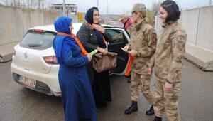 Kadın astsubaylar, kadınlara fular hediye etti
