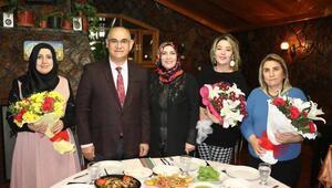 Başkan Mustafa Çaydan kadın meclis üyelerine jest