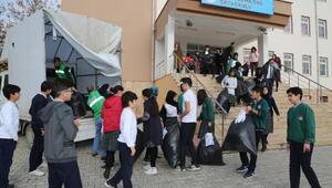 Hayır Çarşısına öğrencilerden kıyafet yardımı