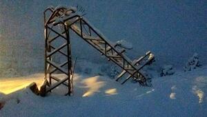 Saklıkent'te yoğun kar direkleri devirdi, bölge elektriksiz kaldı