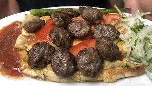 Bursa'nın pideli köftesinin lezzeti kıyma, taş fırın ve tereyağından