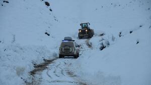 Yüksekovada kardan kapanan yol açılıp, hastaya ulaşıldı