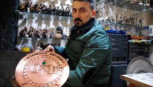 Diyarbakırın tarihi mekanlarını bakır levhalara işliyor