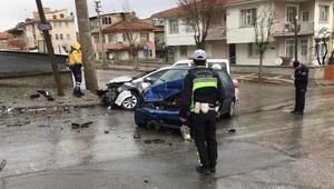 Kütahyada iki otomobil çarpıştı: Muhabir ve 2 kişi yaralandı