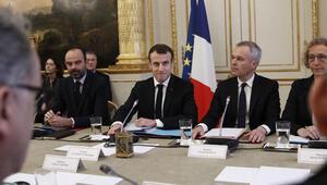 Emmanuel Macron, sarı yelekliler ile aynı masada