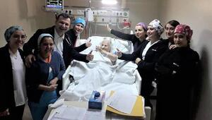 Yaşlı kadından doktor ve hemşirelere öpücüklü teşekkür