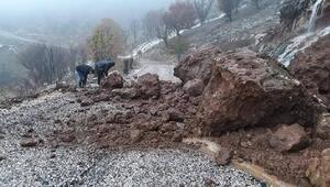 Yağmur nedeniyle düşen kaya parçaları yolu trafiğe kapattı