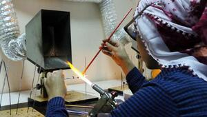 Ev kadınları, camı sanat eserine dönüştürüyor