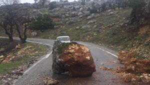 Dağdan kopan kaya parçaları yolu trafiğe kapattı